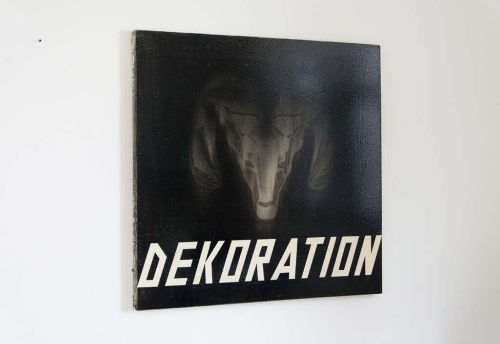 Lars Breuer DEKORATION Acryl und Kohle auf Leinwand 2016 Addaux Artist Düsseldorf Grafik Schrift Galerie